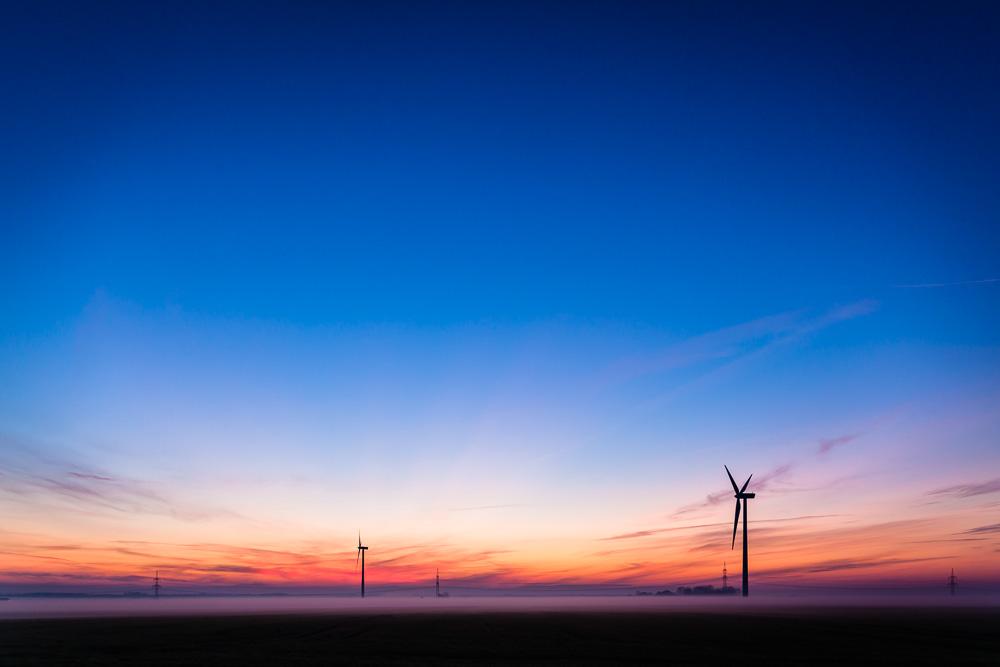 Sonnenuntergang mit Windrad